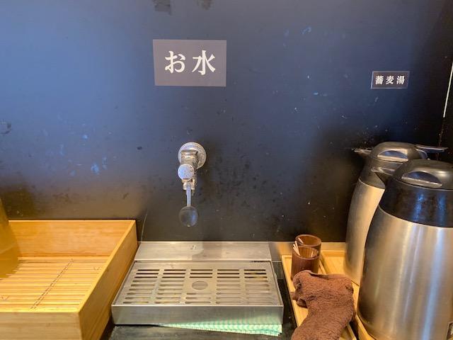 蕎麦いまゐ 南青山店 (蕎麦イマイ)の店内風景。当然お水はセルフ